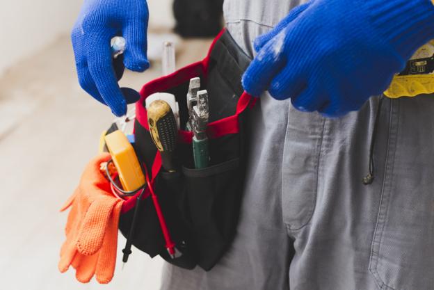 elettricista-con-strumenti-sulla-cintura_23-2147743109
