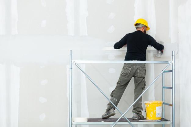 lavoratore-intonacare-il-muro-di-gesso_87414-3761